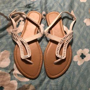 Shoes - ⬇️ SALE Size 9 white sandals